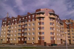 Вентилируемый фасад из керамогранита на фасаде жилого дома